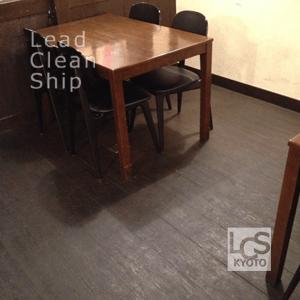 居酒屋の汚れた床