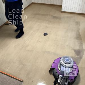 施設の床面洗浄ワックス施工中