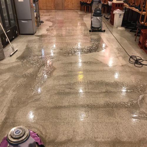 京都市南区の居酒屋さん床面洗浄中