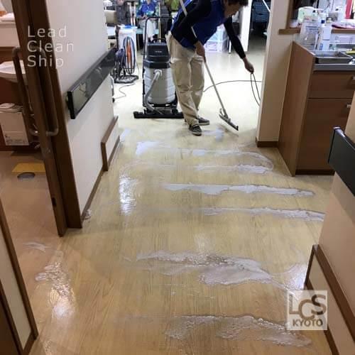 老人ホームの床面洗浄中