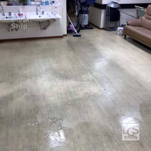 老人ホームの床面洗浄前
