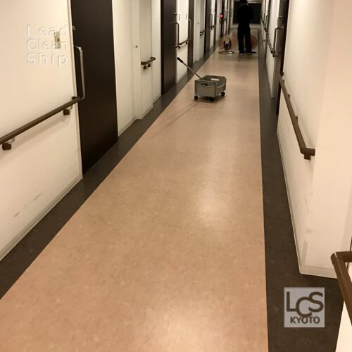 福祉施設の廊下をワックス