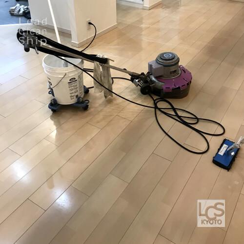 整骨院さまで床の洗浄作業