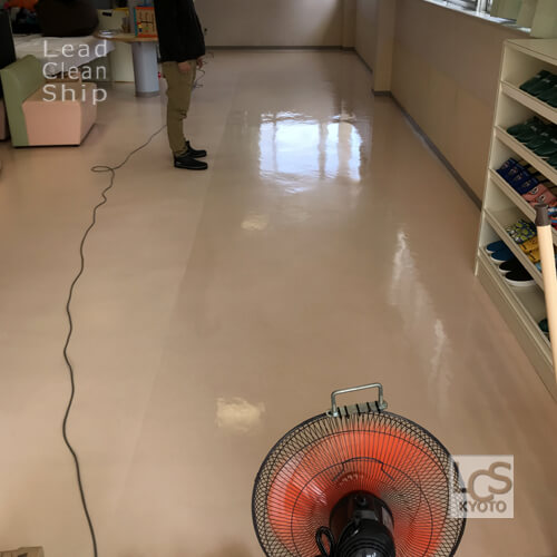 亀岡市のクリニックさま床ワックス作業中