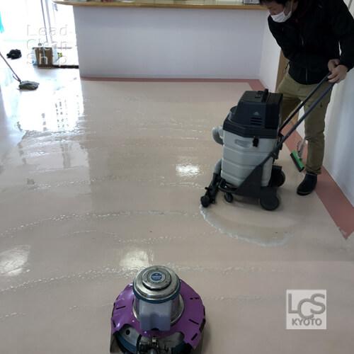 亀岡市のクリニックさま床洗浄作業中