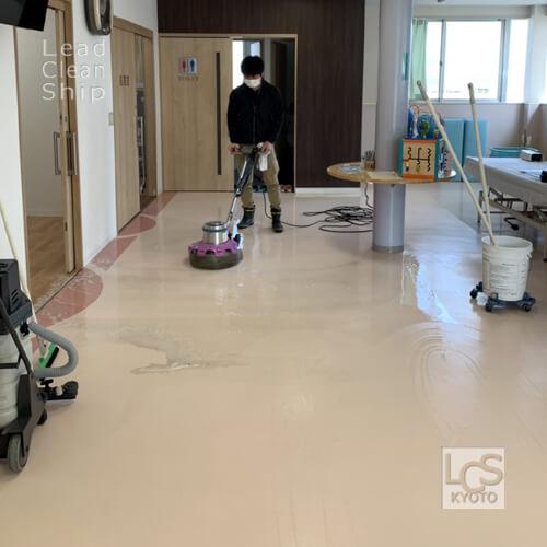 亀岡市のクリニックさま床洗浄作業中2
