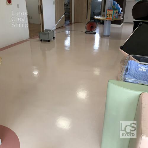 亀岡市のクリニックさま床ワックス乾燥中