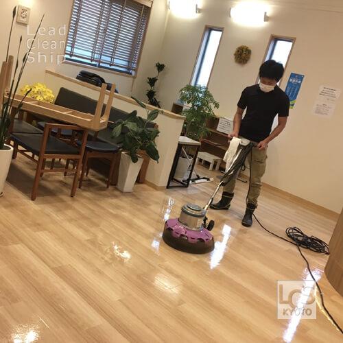 京都市伏見区のクリニックさまで床面洗浄中
