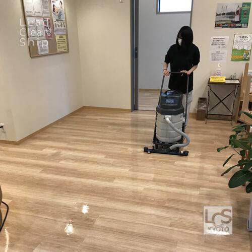 京都市伏見区のクリニックさまで床面洗浄中2