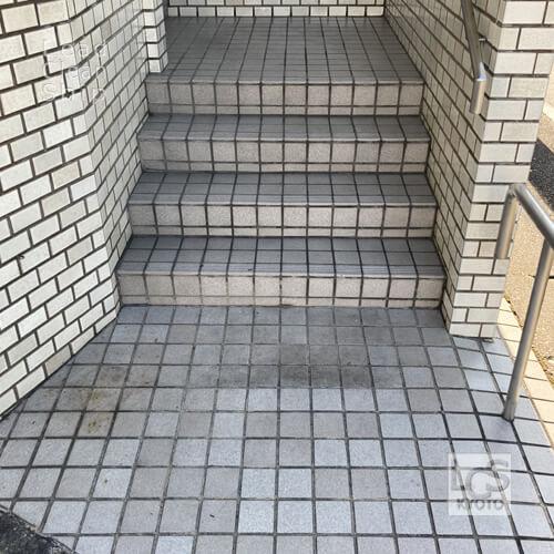 京都市北区の歯科クリニックさま外床タイル洗浄前