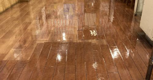 飲食店の床洗浄後ワックス塗布後
