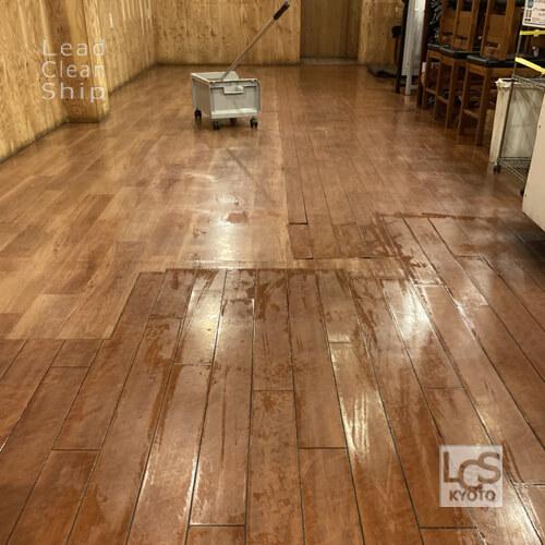 飲食店の床洗浄後ワックス塗布前