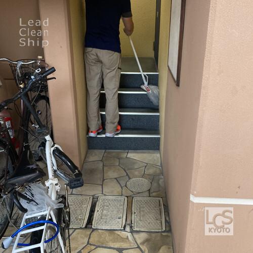 京都市下京区のマンション巡回清掃中1