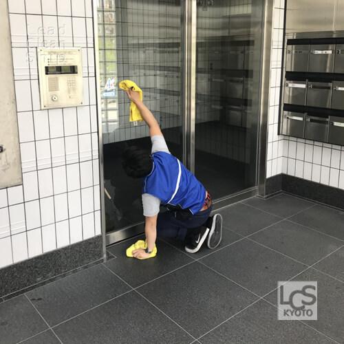 京都市右京区のマンション巡回清掃中